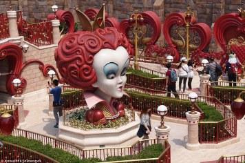 340B6E5C00000578-3596555-Tourists_wander_around_the_Alice_in_Wonderland_Maze_which_featur-m-107_1463575005071